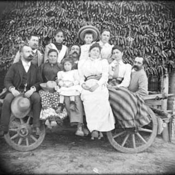 La famiglia al completo si riunisce per una foto di gruppo (1885)